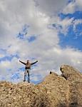 Jeune homme au bord d'une falaise
