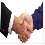 Deux hommes qui se serrent la main